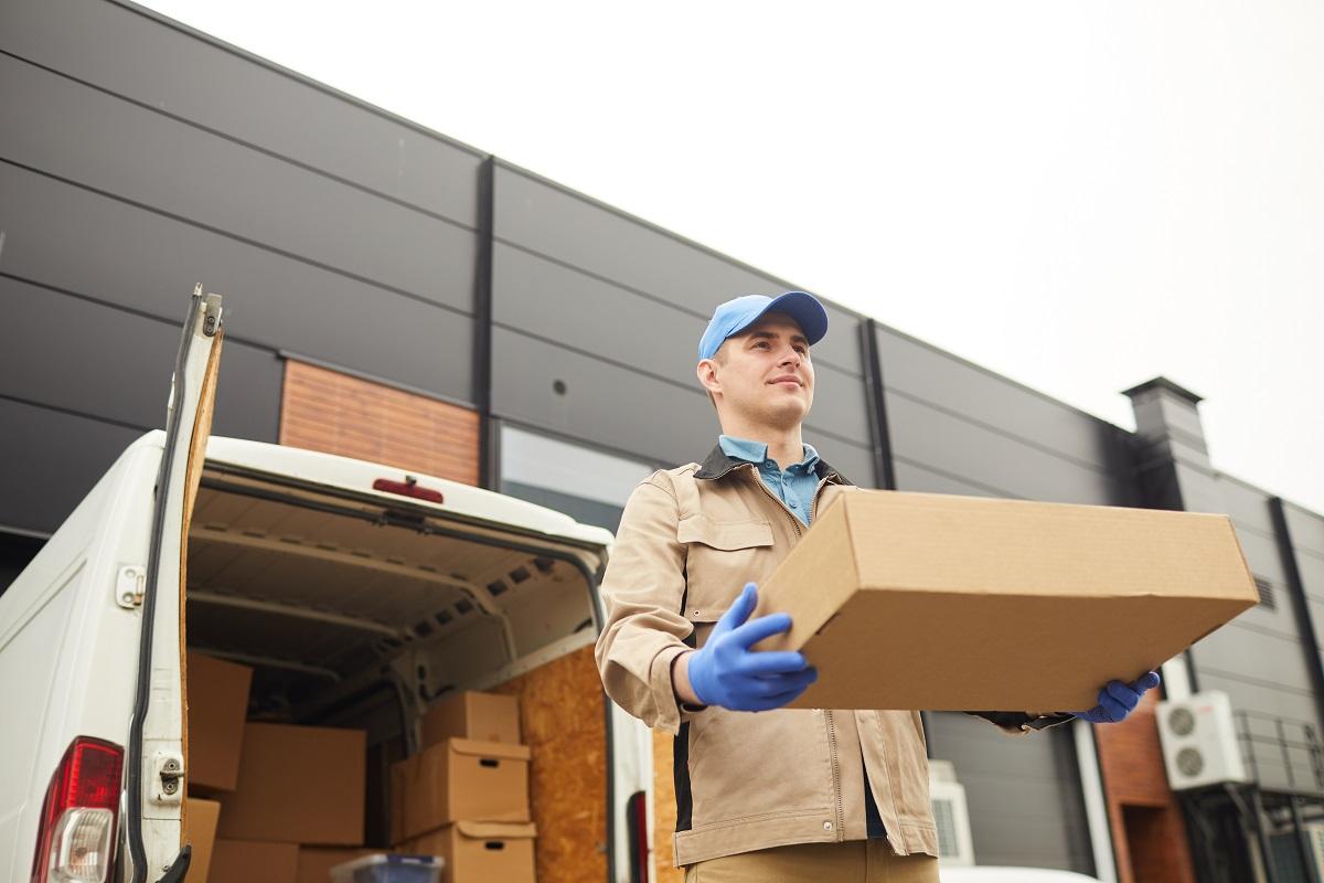 homem segurando caixa após emitir CTE de Subcontratação
